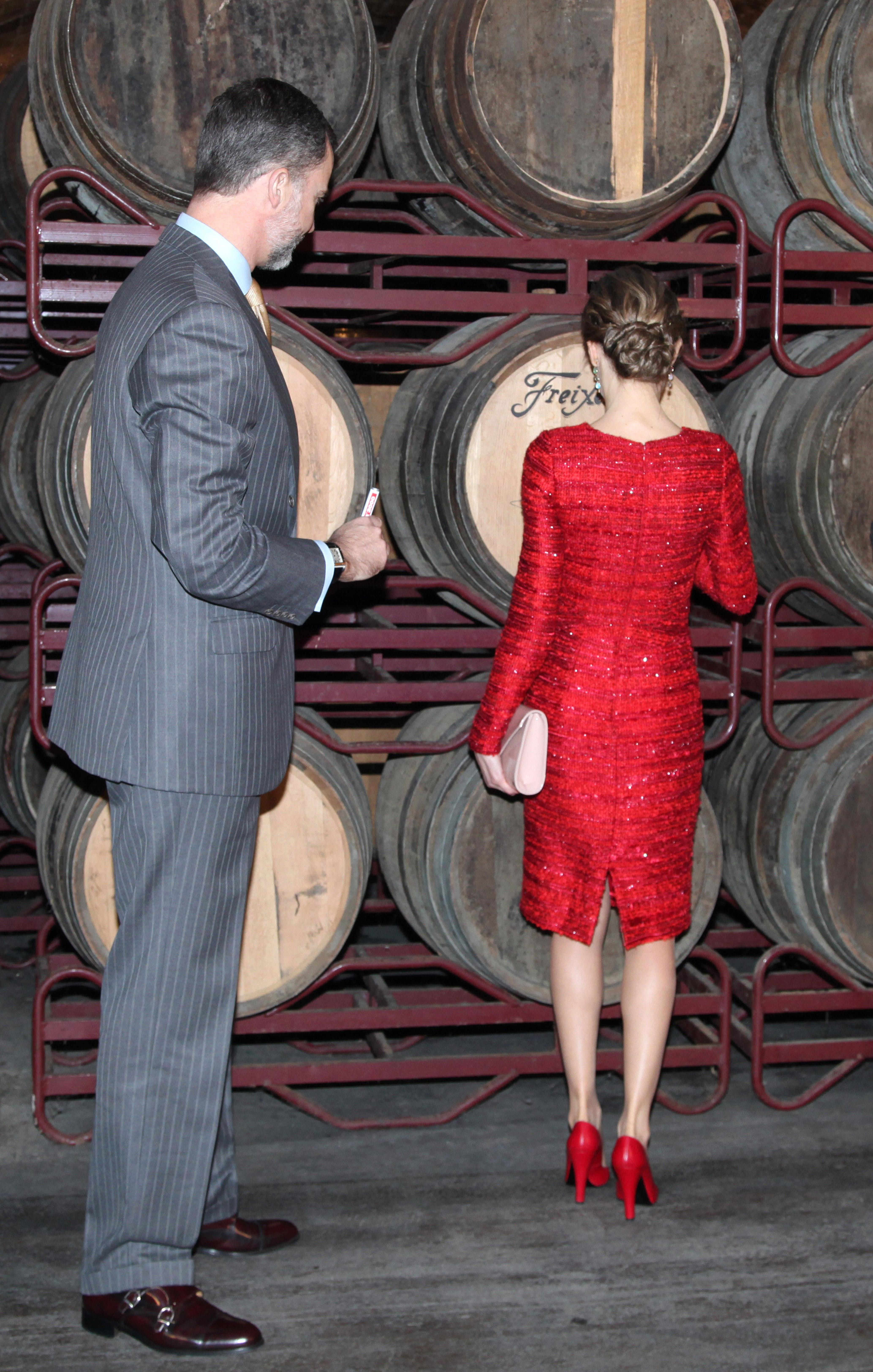 ea6401160c Apareció la Reina de rojo pasión y brillaba entre tanta sobriedad.  Enfundada en un precioso vestido entallado de escote redondo y manga larga