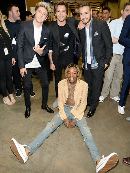 LAS VEGAS, NV - MAY 17:  (Standing, L-R) Singers Niall Horan, Louis Tomlinson and Liam Payne of One Direction pose backstage with rapper Wiz Khalifa (seated) at the 2015 Billboard Music Awards at MGM Grand Garden Arena on May 17, 2015 in Las Vegas, Nevada.  (Photo by Kevin Mazur/BMA2015/WireImage)